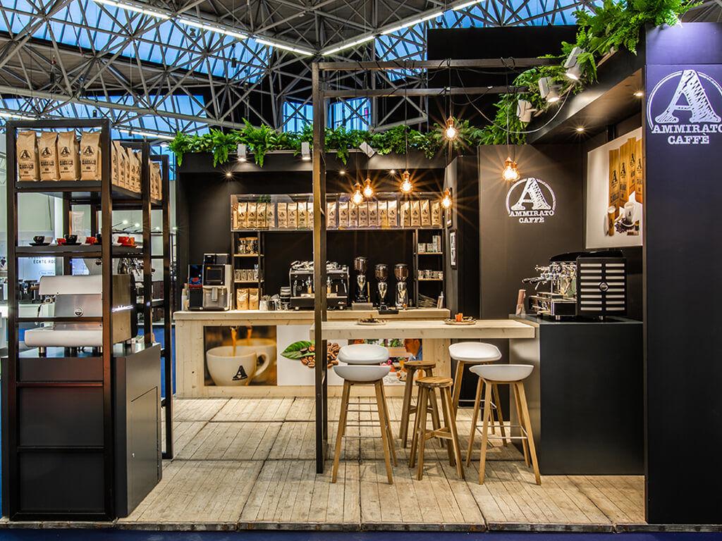 Industrieel en hip beursstand met koffiemachines en koffie