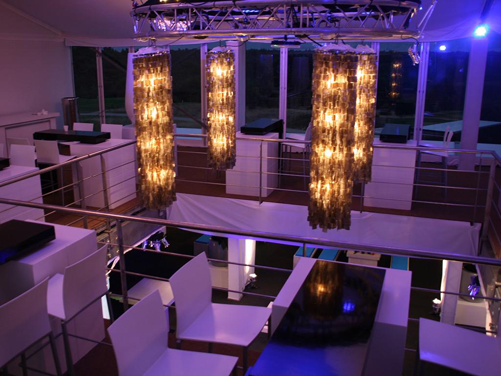 hangende schelpen lamp in hoge ruimte