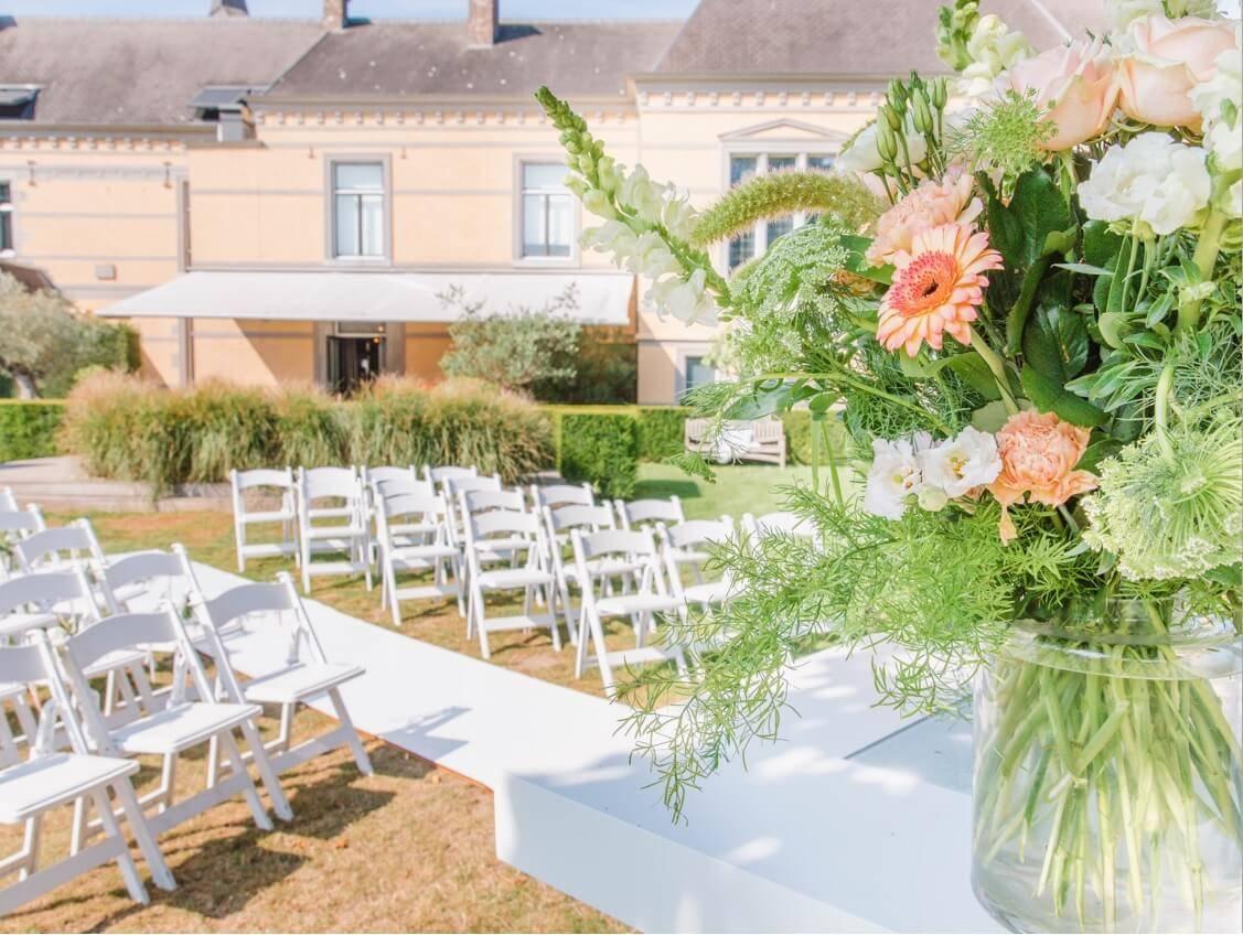 opstelling huwelijksceremonie witte stoelen