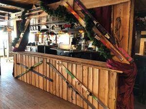cafe-apresski-skis-ongekant-hout-betimmering-guirlandes
